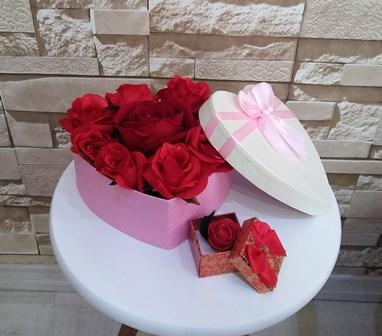 Kalp dolusu yapay güller