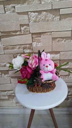 Küçük sepette yapay güller ve ayıcık