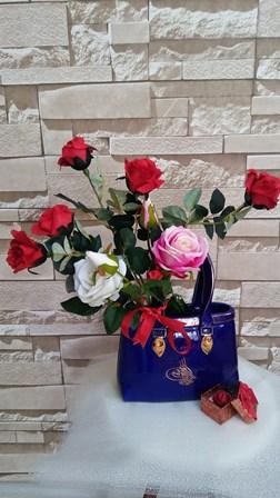 Dekoratif seramik çanta ve yapay güller
