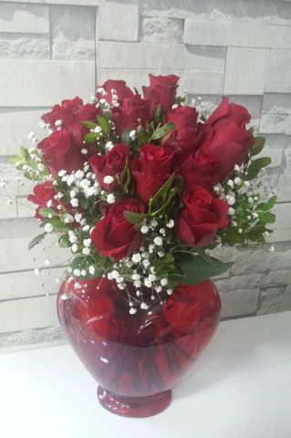 Kalp vazoda 15 kırmızı gül