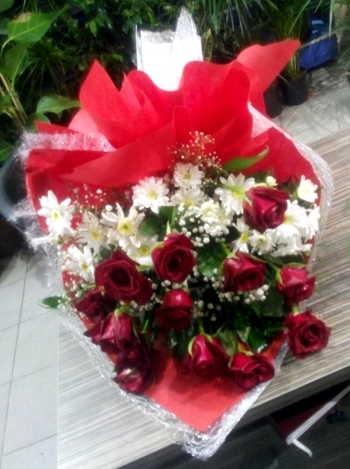 Kırmızı güller ve papatya